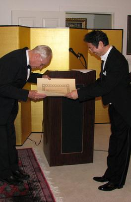 Photo gentleman bowing and receiving award